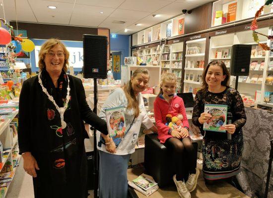 Sofie (9) reikt eigen kinderboek uit aan burgemeester