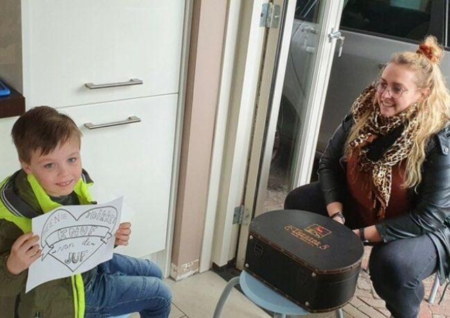 Leerkrachten fonkeling brengen stoepbezoekjes aan hun leerlingen